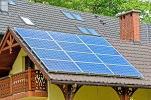 panele słoneczne na dachu