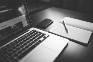 Laptop i zeszyt na biurku
