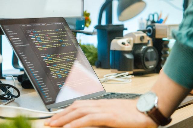 Programista przy pracy