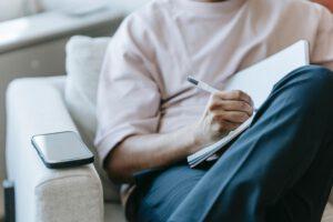 Mężczyzna z notatnikiem i komórką